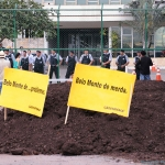 10. De nombreuses ONG manifestent leur soutien à la cause des Indiens du Brésil. (Action de Greenpeace sur la photo)
